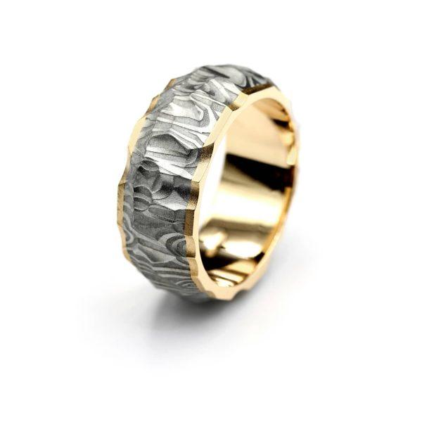 Vestos ring. Damascus ring with yellow gold lining. | Vestos-sormus. Damascussormus keltakultaisella sisäosalla. | Design Kultaseppä Goldsmith Petri Pulliainen Helsinki.