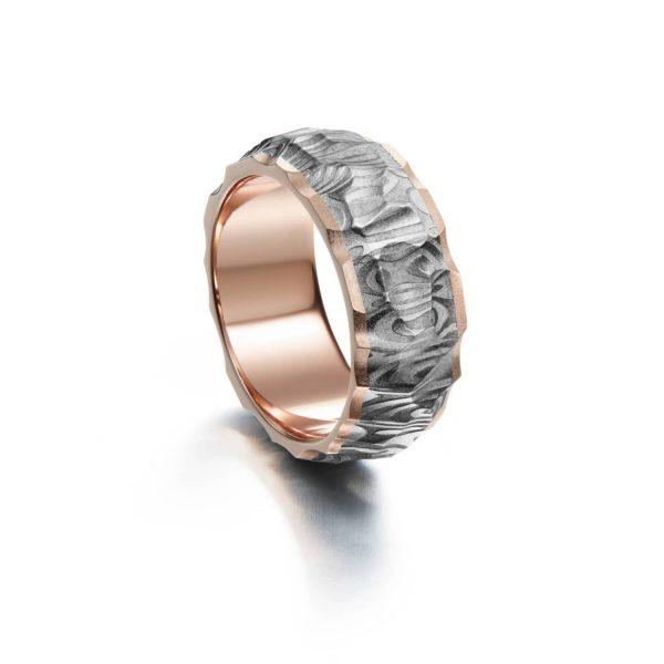 Vestos ring. Damascus ring with red gold lining. | Vestos-sormus. Damascussormus punakultaisella sisäosalla sormessa. | Design Kultaseppä Goldsmith Petri Pulliainen Helsinki.