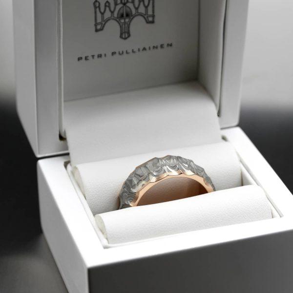 Vestos ring. Damascus ring with red gold lining in the box. | Vestos-sormus. Damascussormus punakultaisella sisäosalla rasiassa. | Design Kultaseppä Goldsmith Petri Pulliainen.