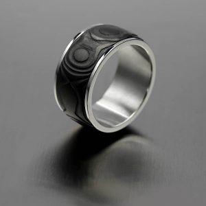 Black Onion ring. Black diamond coated damascus ring with 316L steel lining. | Black Onion terässormus. Damascussormus mustalla timantti pinnoitteella ja 316L teräs sisäosalla. | Design Kultaseppä Goldsmith Petri Pulliainen.