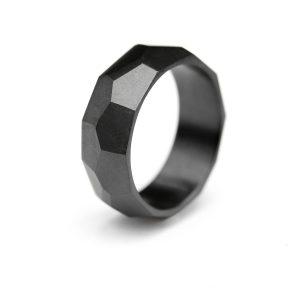 Black wide faceted ring. | Musta leveä viistesormus. | Design Kultaseppä Goldsmith Petri Pulliainen