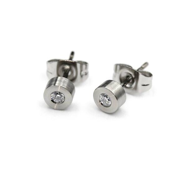 Steel Diamond stud. Diamond earring.   Teräksiset Timanttinapit. Teräksiset timanttikorvakorut.   Design Kultaseppä Goldsmith Petri Pulliainen.