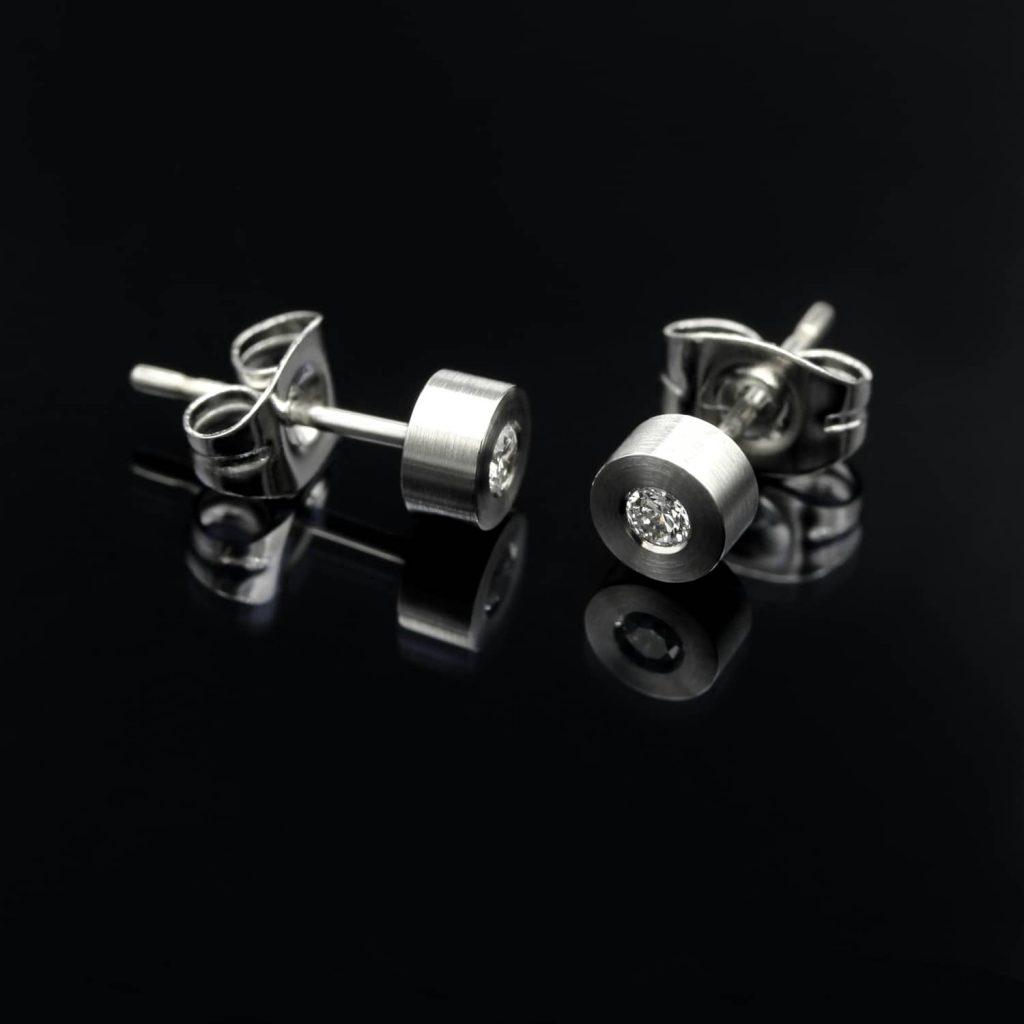 Steel Diamond stud. Diamond earring. | Teräksiset Timanttinapit. Teräksiset timanttikorvakorut. | Design Kultaseppä Goldsmith Petri Pulliainen.
