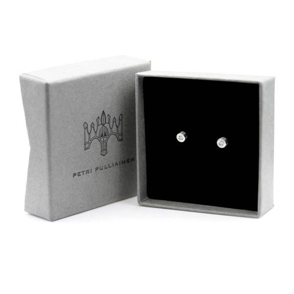 Teräksiset timanttikorvanapit rasiassa. Steel diamond earring. Design Petri Pulliainen.