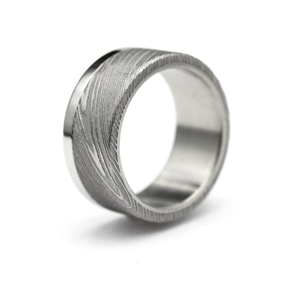 Damascus ring with steel stripe. | Flakka Damascussormus teräsraidalla. | Design Kultaseppä Goldsmith Petri Pulliainen.