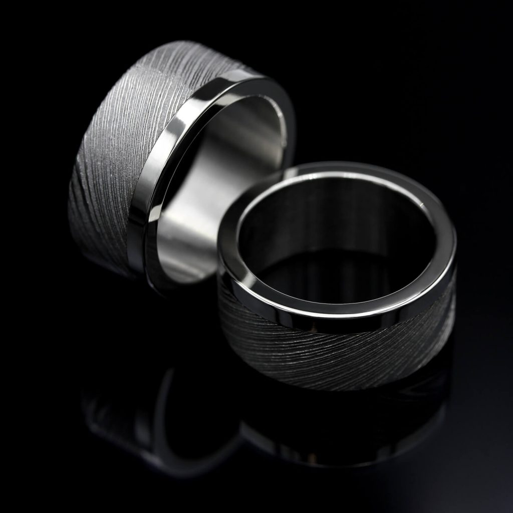 Damascus ring with steel stripe. | Flakka Damascussormus teräsraidalla. | Design Kultaseppä Goldsmith Petri Pulliainen.