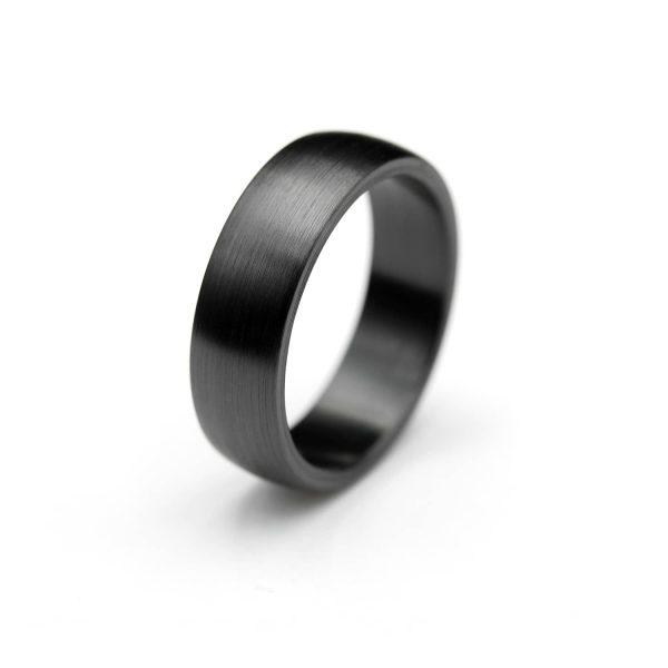 Curved shape zirconium ring. | Kaareva musta zirkoniumsormus. | Design Kultaseppä Goldsmith Petri Pulliainen.