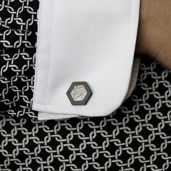 Black HEX-U hexagon meteorite cufflinks. | Mustat HEX-U kuusikulmaiset meteoriitti kalvosinnapit. | Design Kultaseppä Goldsmith Petri Pulliainen.