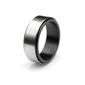 Steel ring with balck zirconium lining. | Flakka terässormus mustalla zirkoniumilla. | Design Kultaseppä Goldsmith Petri Pulliainen.