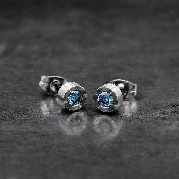 Sky blue diamond stud. Blue diamond earring. | Taivaansiniset timanttinapit. Siniset timanttikorvakorut. | Design Kultaseppä Goldsmith Petri Pulliainen.
